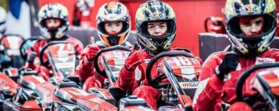 Jongeren klaar voor hun karting race